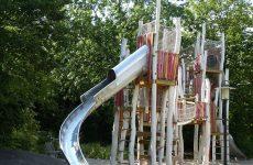 Что нужно знать о постройке детской площадки на загородном участке?