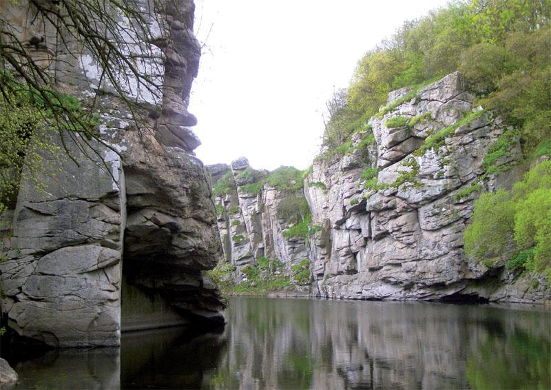 С воды открывается доступ во множество гротов и водопадов (Фото: Дмитрий Раш, Сергей Сениок)