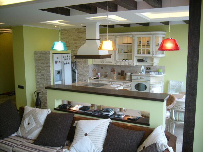 Вид на кухню с гостиной