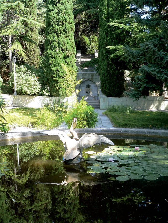 Украшение парка — скульптуры, фонтаны, искусственные водоемы с цветущими лилиями. (Фото: Павел Машков)