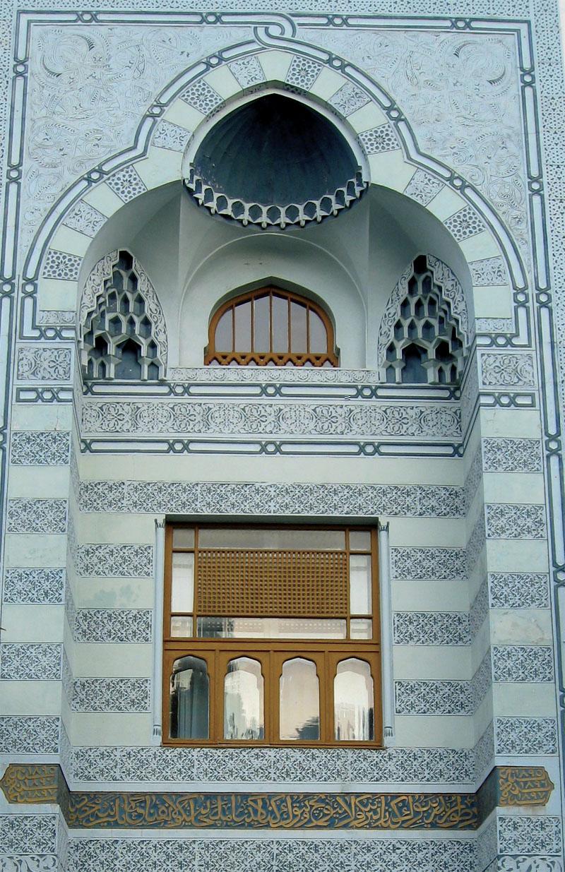 Над парадным входом в здание дворца сохранилась арабская вязь — строка из Корана: «Да благословит Аллах входящего». (Фото: Павел Машков)