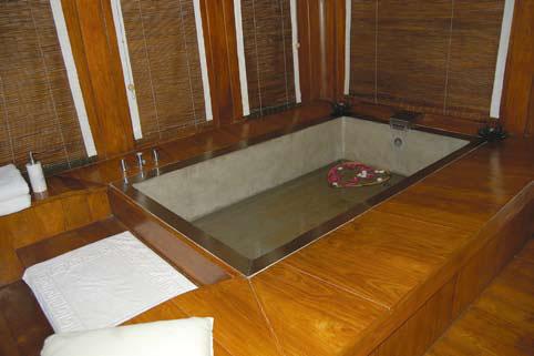 Ванная вмонтированная в деревянній подиум