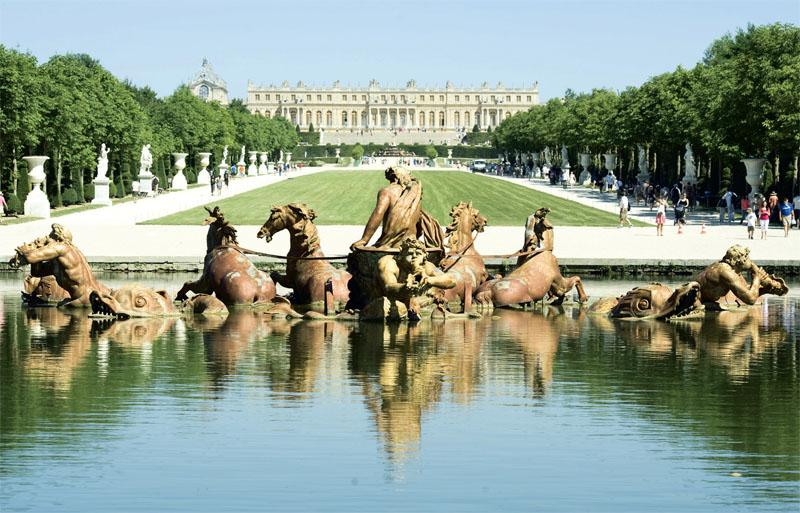 Главная ось Версаля также устремлена от дворца за горизонт