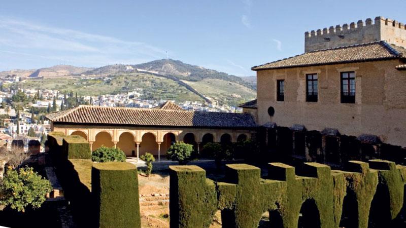 Красивое здание и ландшафт древнего Дворца Альгамбры в Испании
