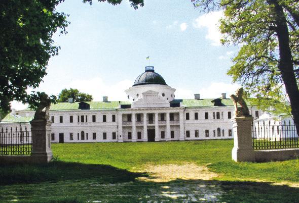Дворец с флигелями в стиле ампир занимает центральное место в архитектурном ансамбле Качановки (Фото: Александр Кашкин)