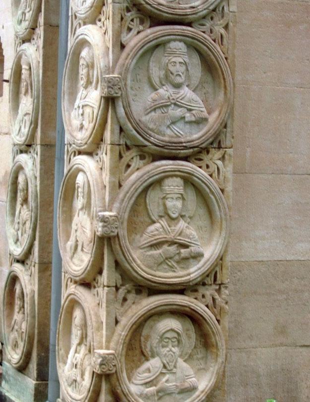 На стенах храма — розетки-медальоны с изображениями святых, покровителей рода Харитоненко