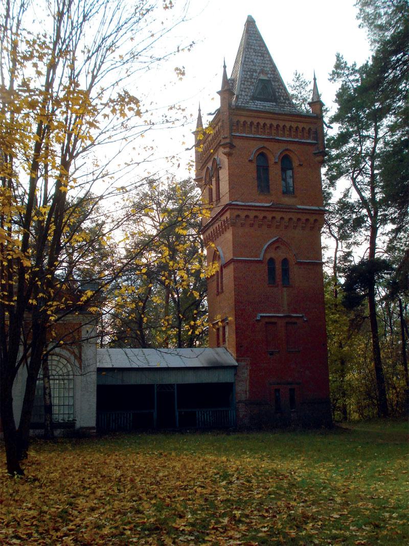 Водонапорная башня больше напоминает готический замок