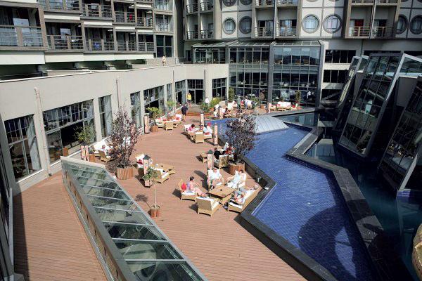 Терраса возле бассейна (Фото: AGT PLUS)