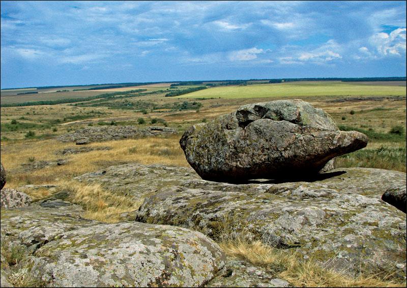 Каменные глыбы разбросаны по степи