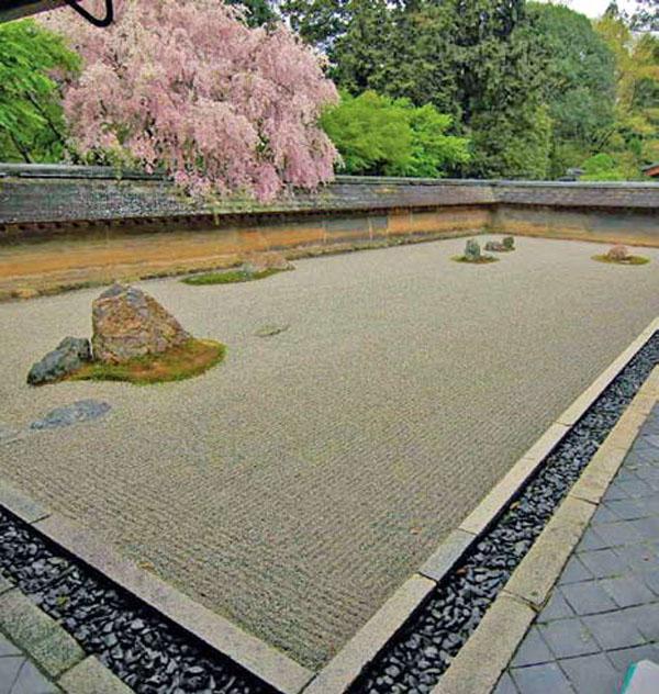 Рёандзю. Сад в котором почти ничего нет, приглашает пришедшего в него послушать музыку величия и бесконечности вселенной