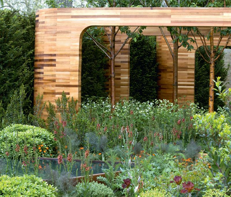 Дизайнеры создают из дерева подчеркнуто геометричные, минималистичные, очень стройные и даже строгие фигуры, обеспечивающие необходимый контраст с «дикой природой». В создании сада Homebase Teenage Cancer Trust, представленного на Chelsea Flower Show, Джо Свифт использовал гигантские рамы из древесины кедра