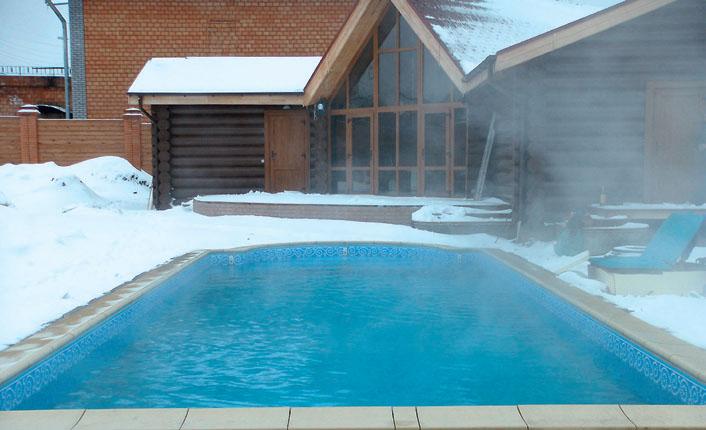 Открытый бассейн можно эксплуатировать зимой, если оборудовать его элементами обогрева воды (Фото: компания Водный мир)