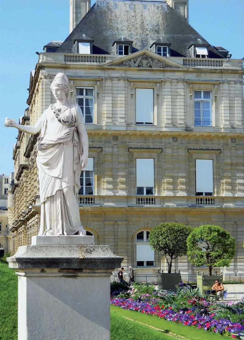 В Люксембургском саду можно встретить много статуй (Фото: Ирина Кураколова, Ангелина Браславская)