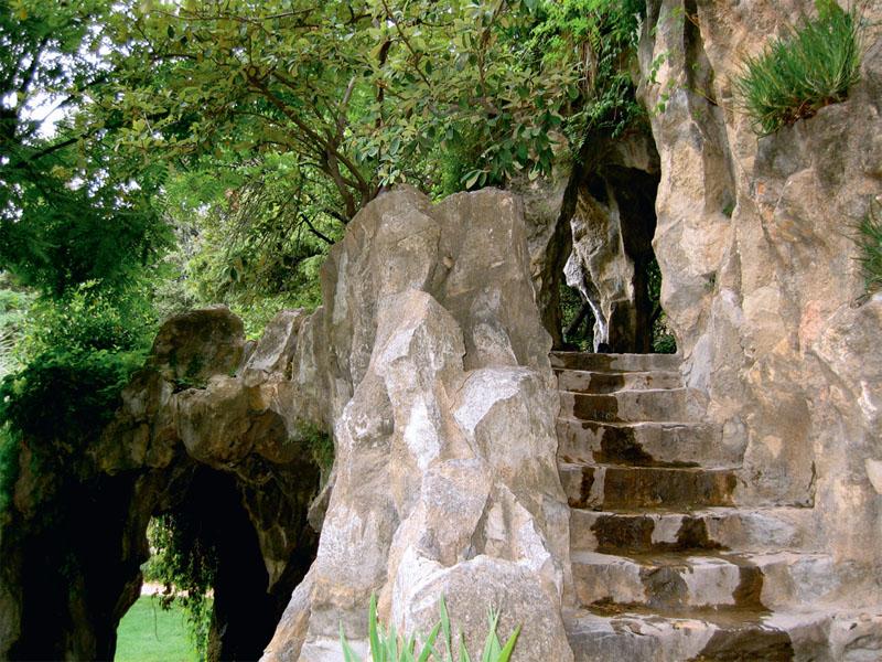 Доріжка на гору Кавальєр в'ється через гроти