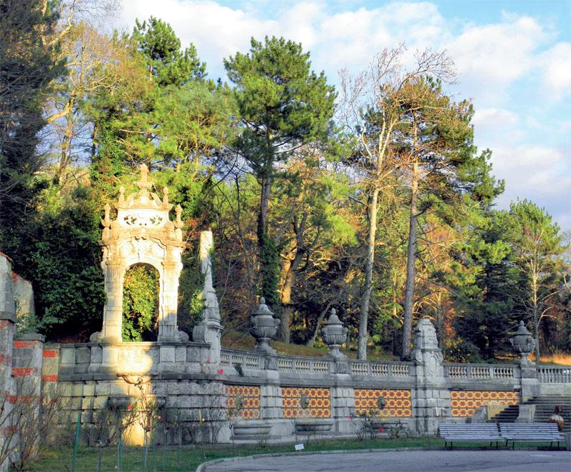 Забор, которым огорожен дворец (Фото: Екатерина Кузнецова, Евгений Кривенко)