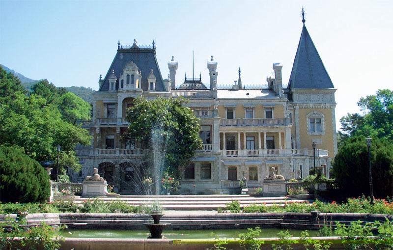 Фасад дворца (Фото: Екатерина Кузнецова, Евгений Кривенко)