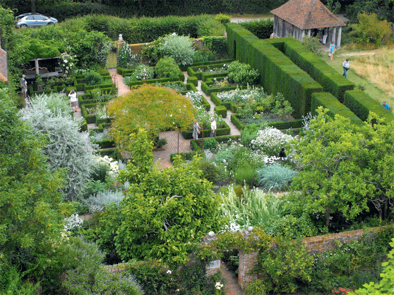 Белый сад в поместье Сисинхерст (Англия, графство Кент)