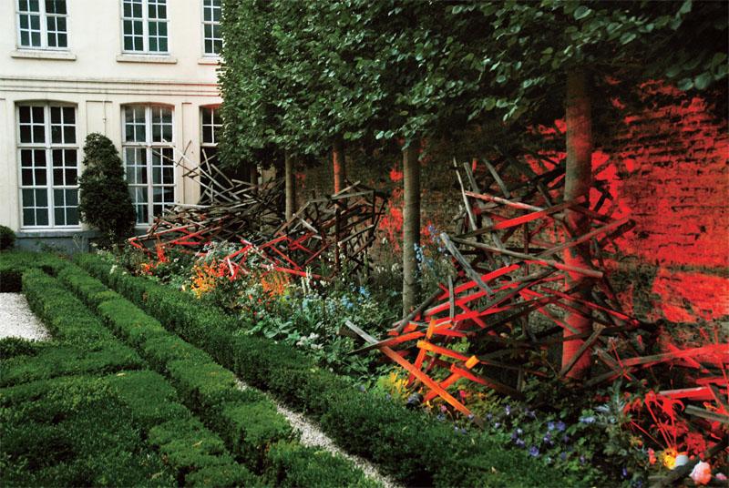 «Артефакты» в саду. Гент (Бельгия). Дизайнер Alberic Moreels