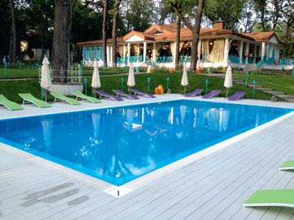 Настилы террас возле бассейна (Фото: © Woodplast)