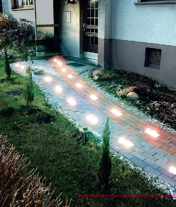 Для создания ощущения динамики отличным решением станет светящаяся брусчатка, смонтированная в нестандартном режиме, например, бегущая строка (Фото: ВИП-СВЕТ)