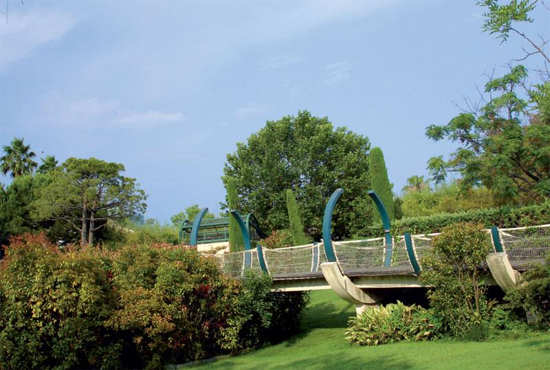 Один из мостиков парка