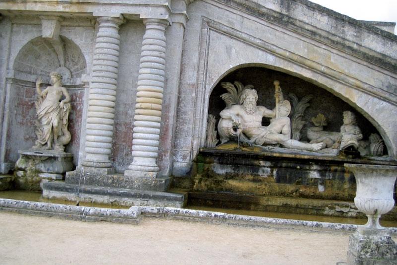 Ниши со статуями и каскады водопадов (Фото: Светлана Витовцева)