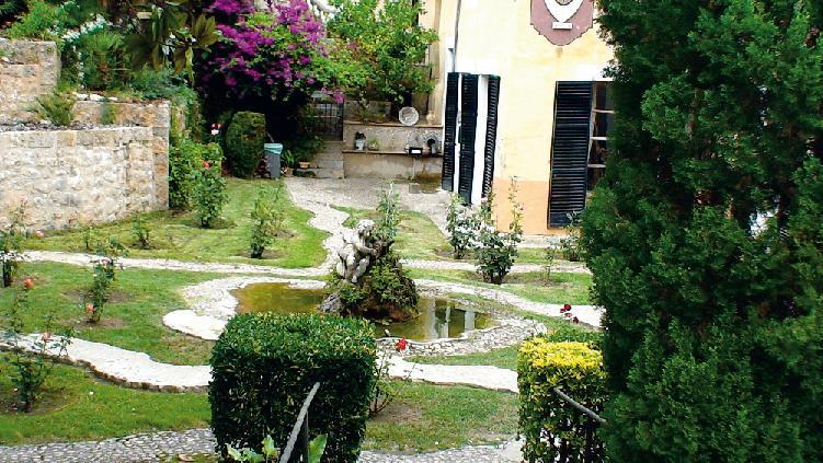 Эффектно выглядят дворики-патио с озерцами, фонтанами и гротом (Фото: Ирина Кураколова)