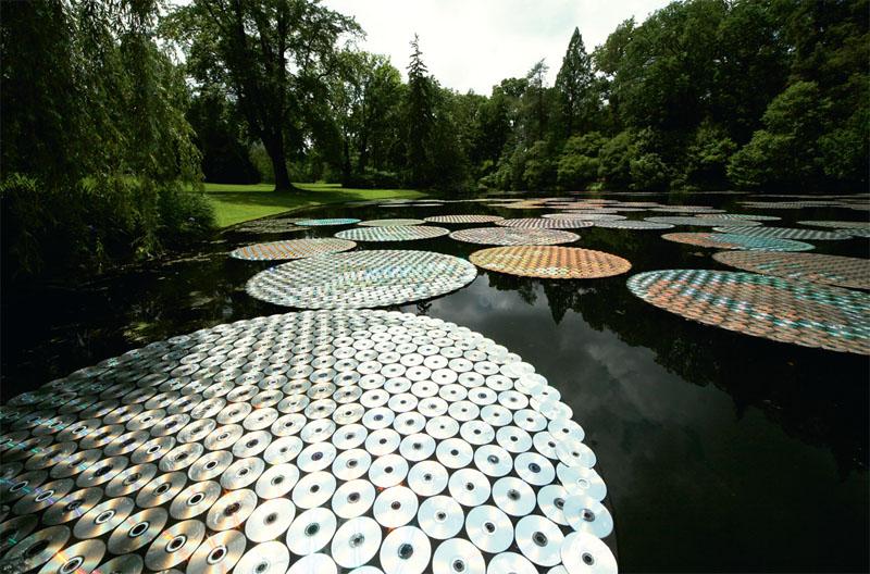 В рамках персональной выставки в садах Лонгвуд под Балтимором художник Брюс Мунро создал остроумную инсталляцию «Кувшинки» из CD-дисков