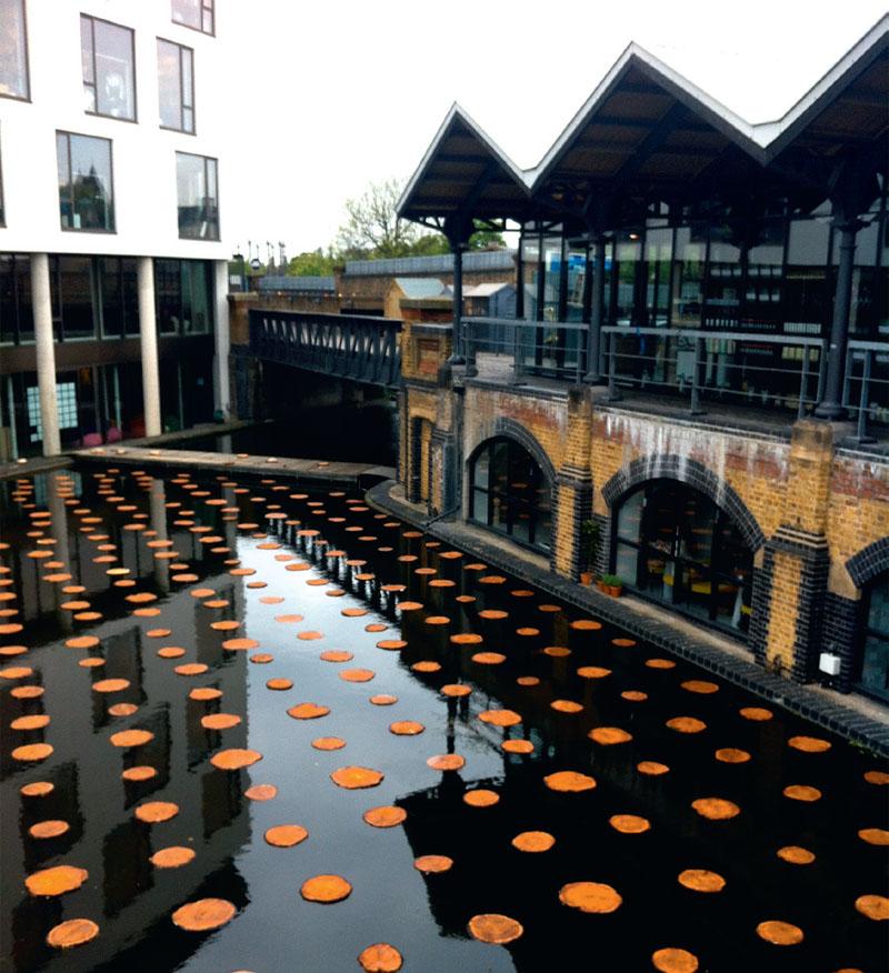 Инсталляция «Плавучий лес» в лондонском канале Гранд Юнион, представленная канадским бюро NIPpaysage во время Chelsea Fringe