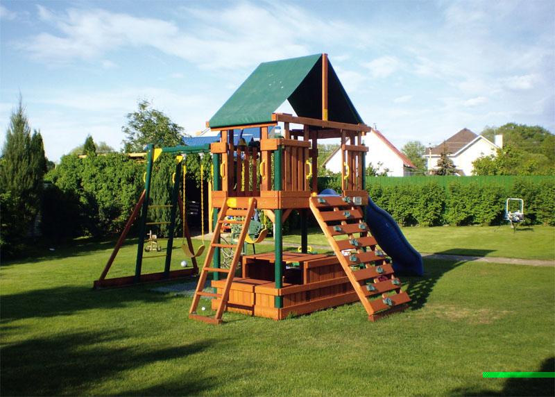 Древесина площадки должна быть хорошо обработана и покрыта лаком (Фото: RAINBOW)