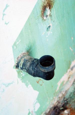 Демонтаж старых труб, разводка и установка новых металлопластиковых (Фото: Елена Галич)