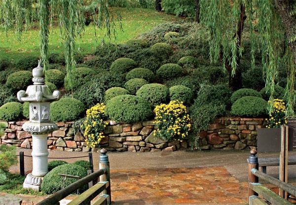 Подпорные стенки отлично выделяют сад в японском и романтическом стиле