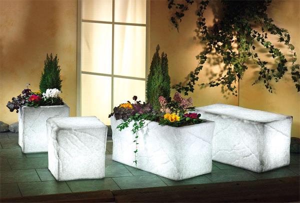 Для освещения растений и малых архитектурных форм используется декоративная подсветка
