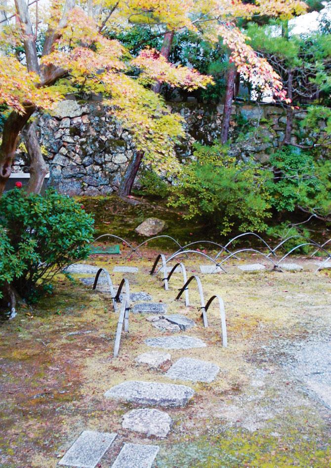 Нейтральные цвета и плавные линии — хорошее решение для сада и регулярного, и пейзажного стиля