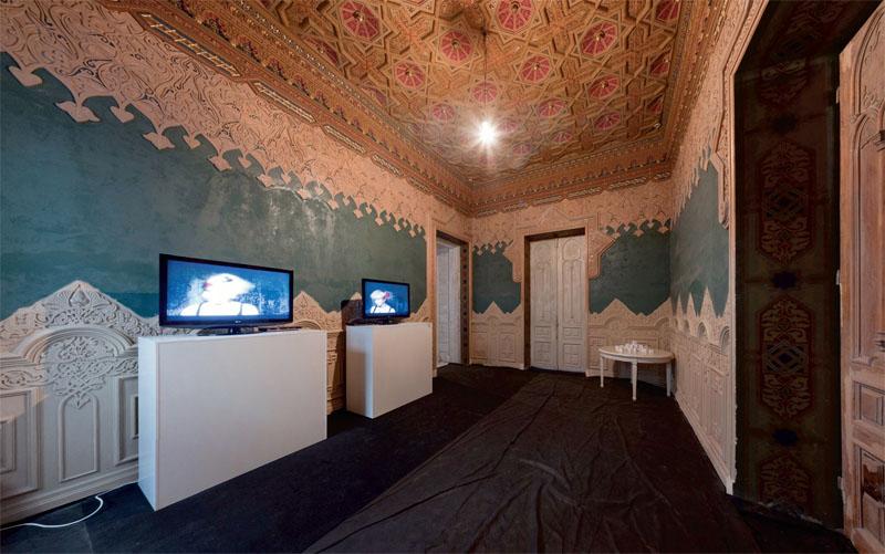 Відео-інсталяція Анатолія Ульянова »Дітта, Глорія, Зайкато» (2010 р.) в »мавританській» залі Шоколадного будинку