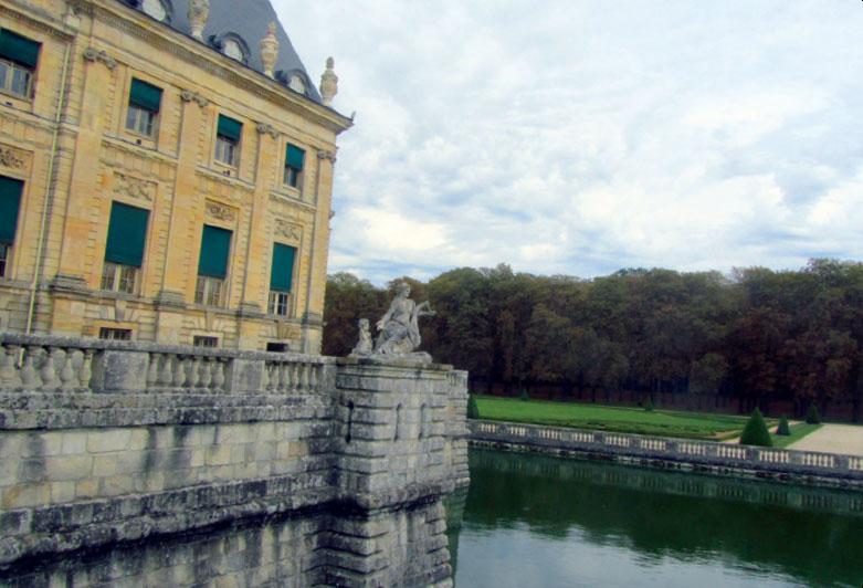 Замок как встарь, окружен рвами с водой