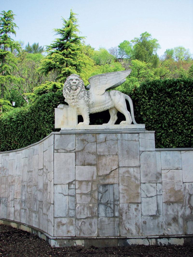 Юсуповский грифон на подпорной стене