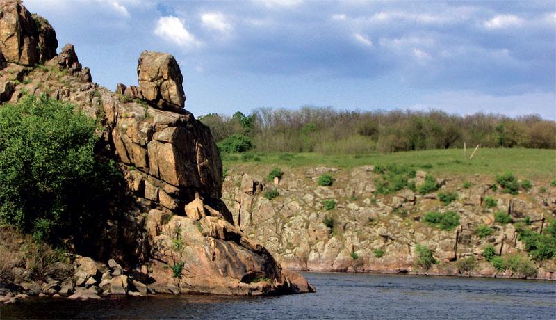 Скалистые береги острова (Фото: Оксана Темная, Национальный заповедник «Хортица»)