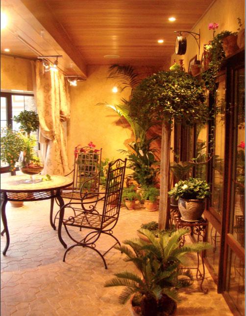 В центре комнаты, в окружении растений, приятно поговорить с друзьями за чашечкой чая