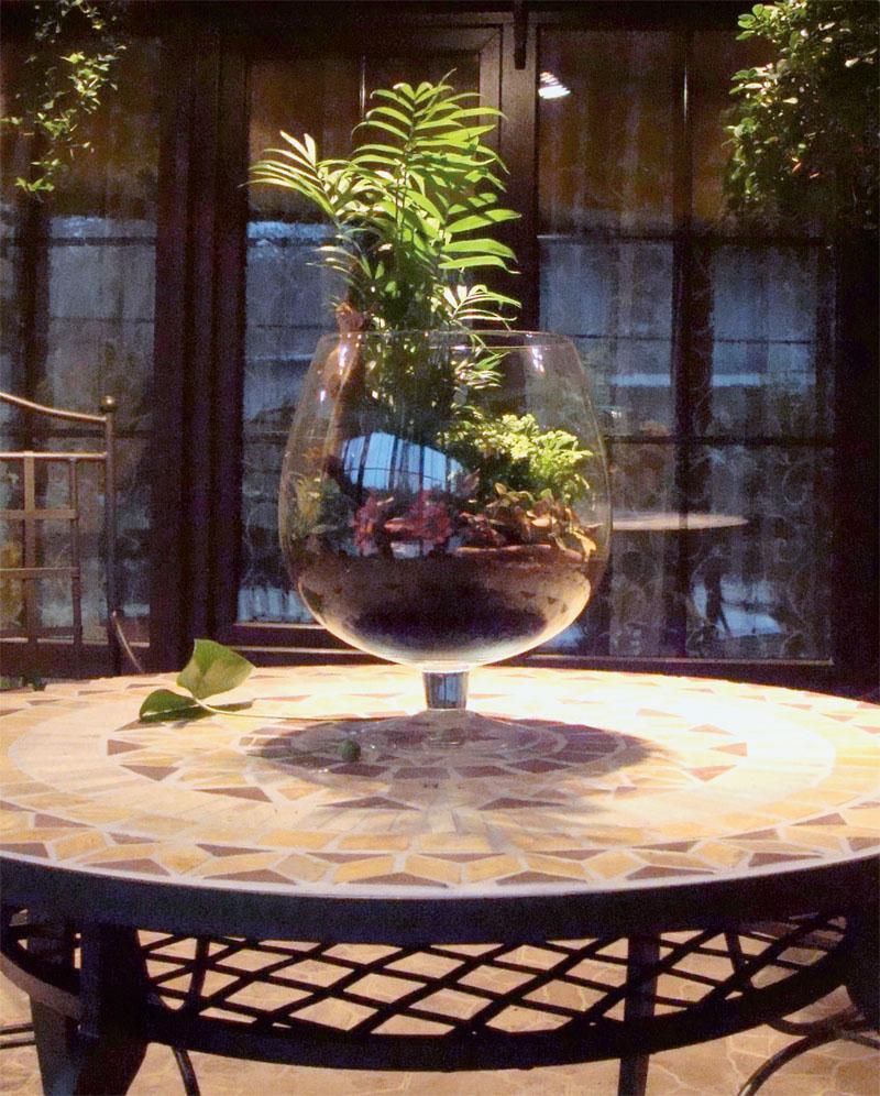 В центр стола хорошо вписалась большая стеклянная ваза