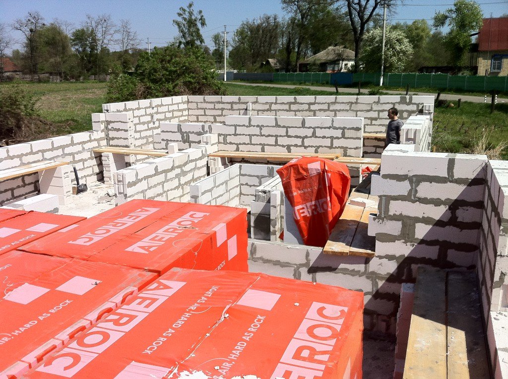 Строительство коттеджей из газобетона или каркасный дом
