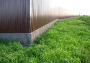 Заборы из профлиста - прогрессивный взгляд в строительстве заборов