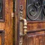 Деревянные двери из массива и стеклянные двери в Новосибирске