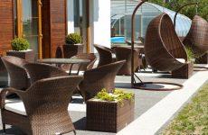 Улично-садовая мебель: плетеные столы из искусственного ротанга